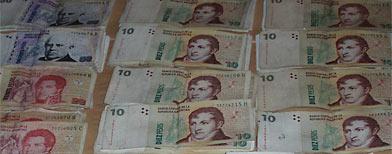 Cómo reconocer dinero falso/ Télam