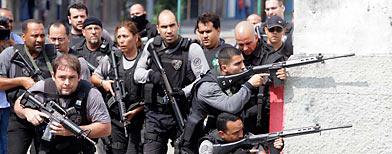 Soldados combaten a grupos narco en las favelas/ Reuters