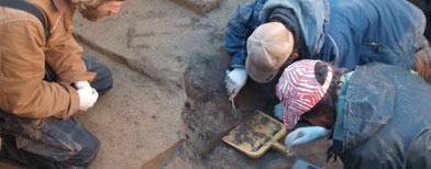 Miembros de la excavación Joshua Reuther, Ben Potter y Joel Irish trabajan en la fosa cerca del Upward Sun River en el centro de Alaska/ Reuters