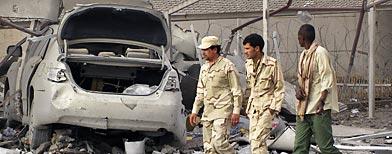 Soldados de Gadafi caminan por las calles bombardeadas de Trípoli. (AP)