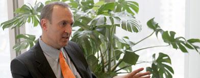 El estadounidense Chandler Burr durante una entrevista con Associated Press en Nueva York el 2 de diciembre del 2011. Las autoridades colombianas están revisando la adopción que Burr hizo de dos pequeños hermanos colombianos después de que el estadounidense se declarara gay. (Foto AP/Mary Altaffer)