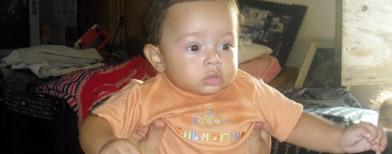 Marisa Santos muestra hoy, miércoles 9 de septiembre de 2010, sano y salvo a su bebé de siete meses quien sobrevivió a un vuelo de unos 60 metros / Foto: EFE