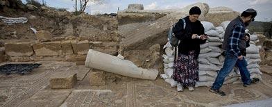 Visitantes observan un mosaico del piso de la iglesia en Hirbet Madras, Israel/ Foto AP