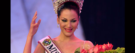 Eva Ekvall reacts after winning the Miss Venezuela 2000 beauty pageant (AP/Fernando Llano)