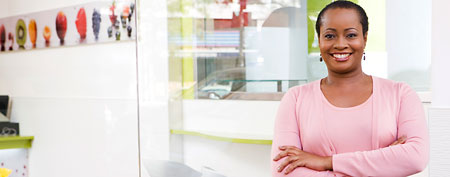 Woman at frozen yogurt store (Thinkstock)