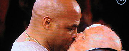 Charles Barkley kissing Dick Bavetta (Y! Sports screengrab)