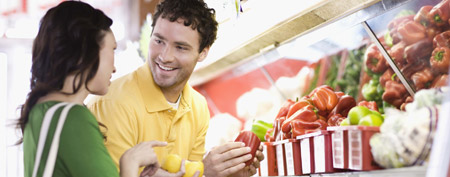Couple at grocery store (ThinkStock)