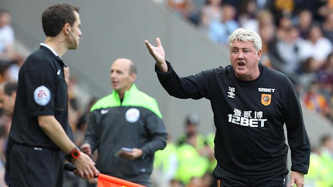 Hull City's English manager Steve Bruce protests to the linesman during the English Premier League football match between Hull City and Stoke City at the KC Stadium in Kingston upon Hull on August 24, 2014. The game finished 1-1