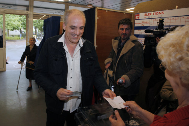 10h23 :  Bordeaux, Philippe Poutou (NPA) vote  son tour. AFP