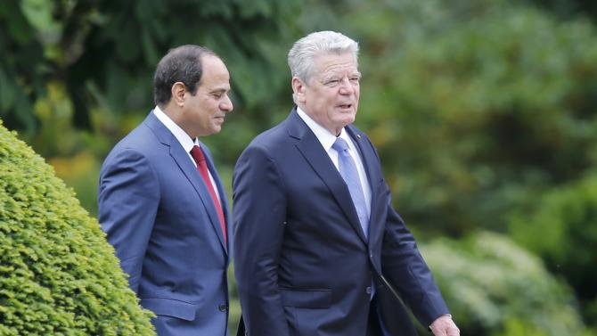 Egypt's President Sisi and German President Gauck make way to review a guard of honour in Berlin