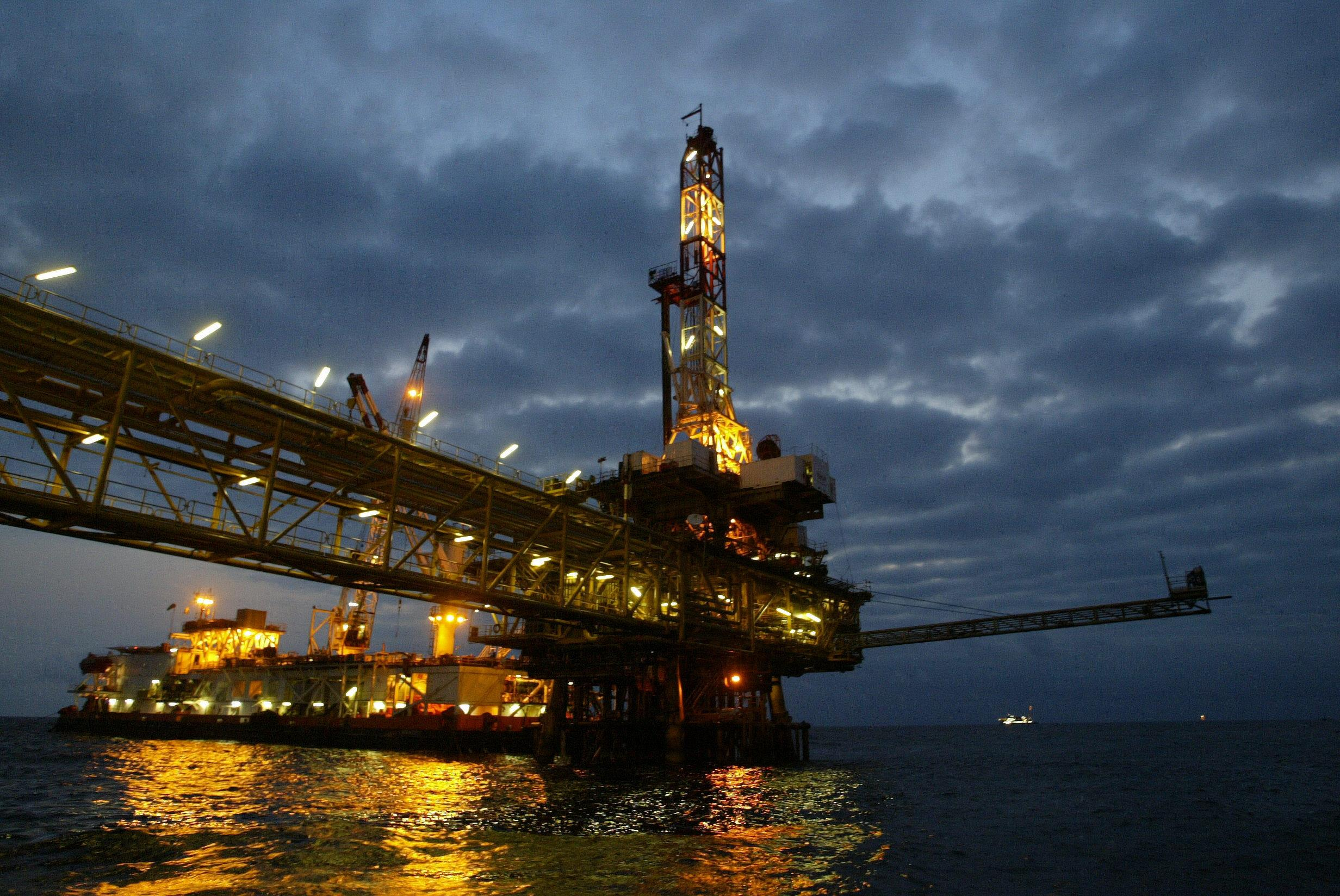 For Angola, plunging oil price jeopardises budget