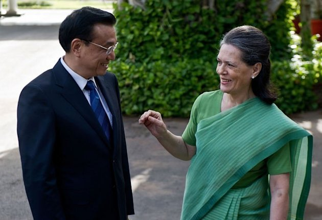Chinese Premier Li Keqiang (L) speaks with Congress Party President Sonia Gandhi in New Delhi on May 20, 2013