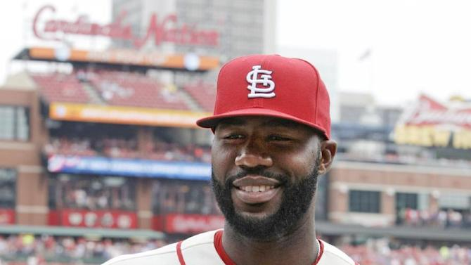 St. Louis Cardinals right fielder Jason Heyward receives his Rawlings Gold Glove award for his outstanding play in the 2014 season, with the Atlanta Braves, prior to a baseball game against against the Cincinnati Reds, Saturday, April 18, 2015 in St. Louis.(AP Photo/Tom Gannam)