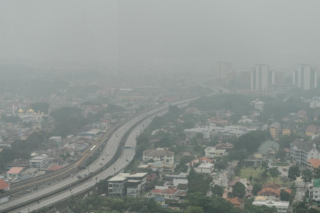 Malaysia shuts schools as choking smog worsens