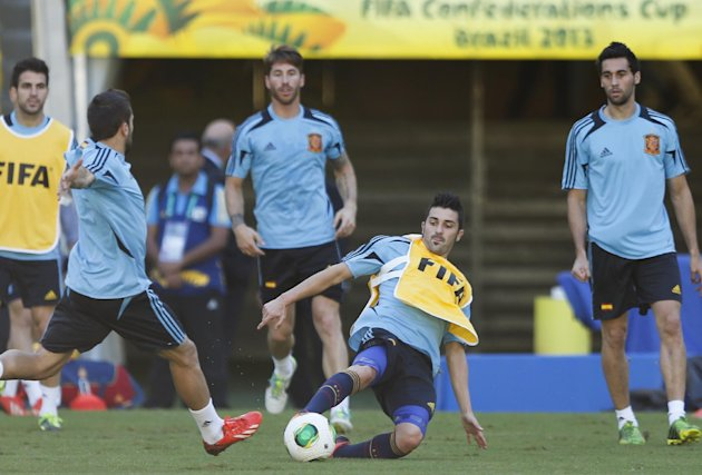 Spain's David Villa, center, goes for the ball during a Confederations Cup training session at the Maracana stadium in Rio de Janeiro, Brazil, Wednesday, June 19, 2013