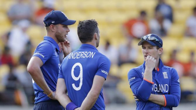 England bowlers Broad and Anderson hold an on-field discussion with Morgan during their Cricket World Cup match against Sri Lanka in Wellington