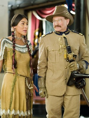 Mizuo Peck and Robin Williams in 20th Century Fox's Night at the Museum