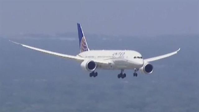 787 Dreamliner lands at Chicago's Ohare