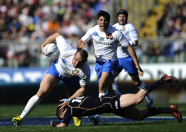 Italy's Tommaso D'Apice (C) is tackled by Scotland's Greig Laidlaw during their Rugby Union Six Nations match at the Rome's Olympic stadium on March 17, 2012. Italy defeated Scotland 13-6.  AFP PHOTO