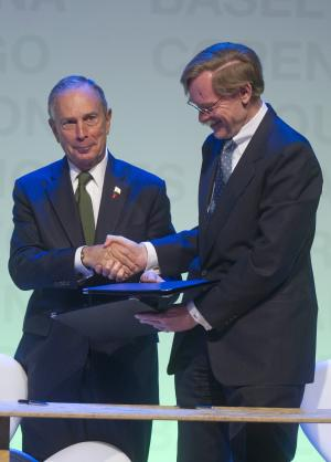 Michael Bloomberg, Mayor of New York City, left, shakes hands with World Bank's President Robert Zoelick after signing agreements during the C40 Large Cities Climate Summit in Sao Paulo, Brazil, Wednesday, June 1, 2011. (AP Photo/Andre Penner)