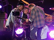 Frank Sampedro, Billy Talbot e Neil Young juntos no palco