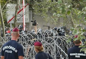 Hungarian riot police clash with migrants attempting…