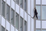 Uomo ragno francese colpisce ancora, scala First tower a Parigi