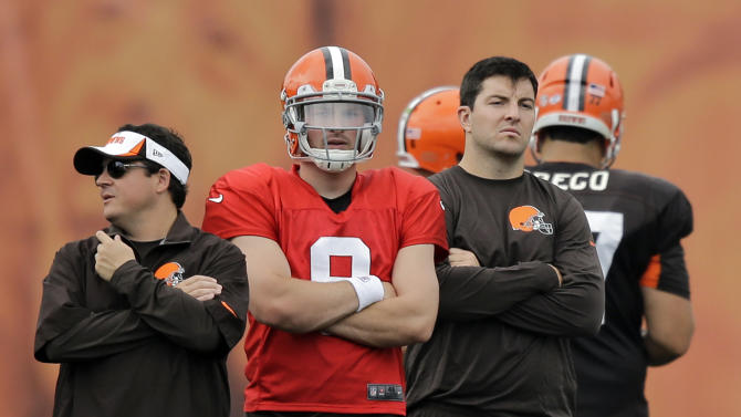 Cleveland Browns quarterback Rex Grossman, right, watches practice with quarterbacks coach Dowell Loggains, left, and quarterback Connor Shaw at NFL football training camp in Berea, Ohio Tuesday, Aug. 12, 2014. (AP Photo/Mark Duncan)