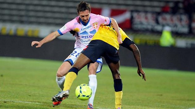 Sochaux' French forward Giovanni Sio vies with Evian's Swiss defender Fabrice Ehret (L) during their French L1 football match Evian (ETGFC) vs Sochaux (FCSM) on March 9, 2013 at the city stadium Parc des sports (AFP)