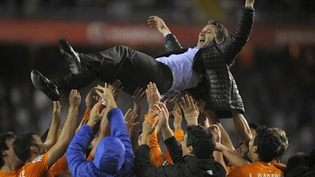 Real Sociedad's French coach Philippe Montanier is tossed by his players after the Spanish league football match Deportivo Coruna vs Real Sociedad at Riazor stadium in Coruna, on June 1, 2013 (AFP)