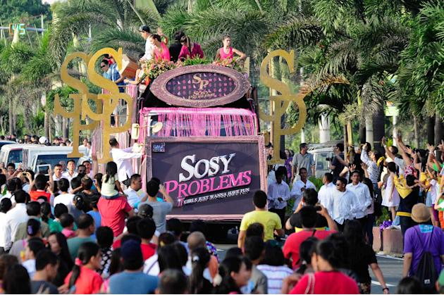 "The casts of the MMFF 2012 entry ""Sosy Problems"" wave to the crowd as their float makes its way at the 2012 Metro Manila Film Festival Parade of Stars on 23 December 2012. (Angela Galia/NPPA"