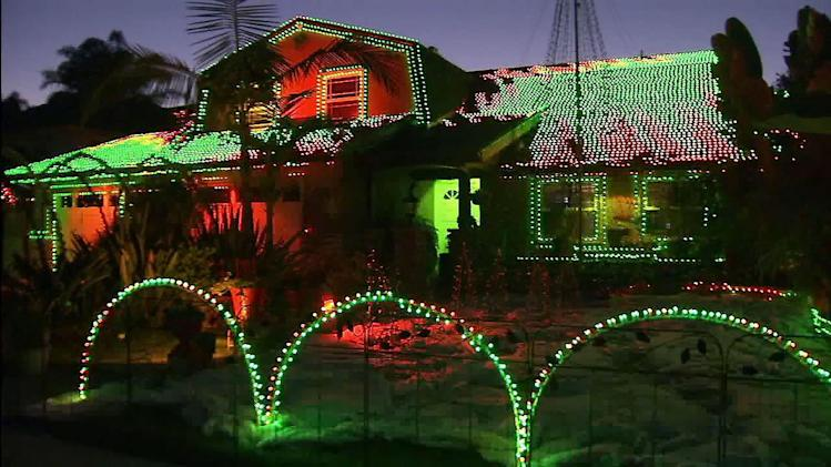 OC home's Xmas light show draws crowds