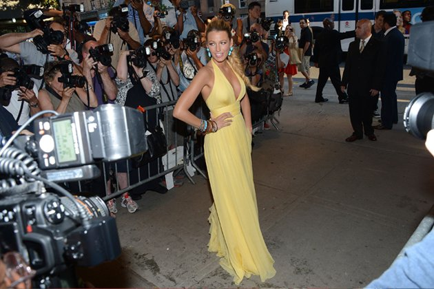 Objektive von allen Seiten: Blake Lively beim Posing vor den Fotografen