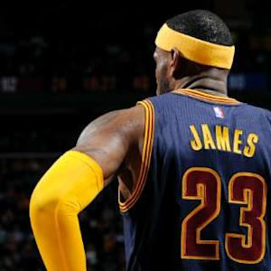 James Leads Cavs Over Warriors