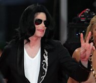 Michael Jackson arrives for the MTV Video Music Awards Japan 2006 in Tokyo May 27, 2006. REUTERS/Toru Hanai