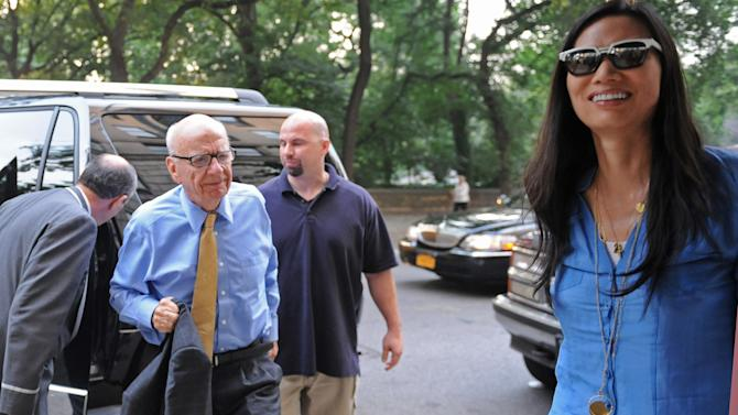 News Corp. head Rupert Murdoch arrives at his Fifth Avenue residence with his wife Wendi, Wednesday, July 20, 2011, in New York. Emerging relatively unscathed from a British parliamentary hearing on the phone hacking scandal, Rupert Murdoch returned to the United States on Wednesday, where his company faces a host of financial and legal challenges. (AP Photo/Louis Lanzano)