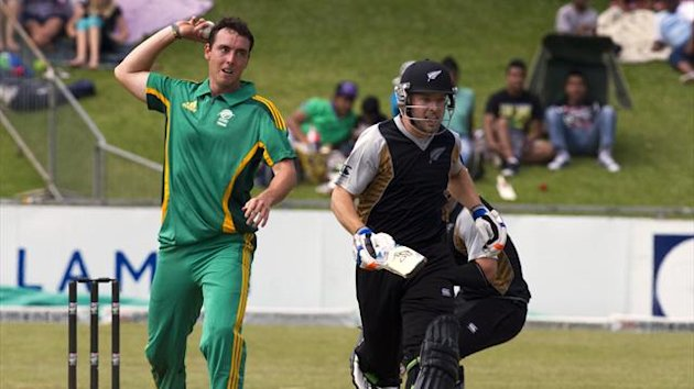New Zealand's Derek de Boorder (R) runs as Kyle Abbott lines up a shy at the stumps during a warm up T20 cricket match against South Africa in Pietermaritzburg (Reuters)