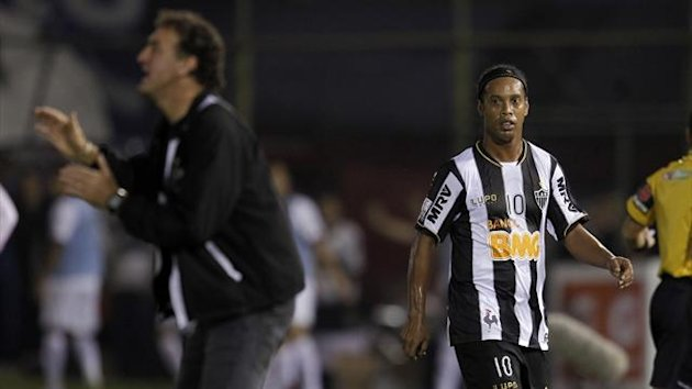 Ronaldinho (R) of Brazil's Atletico Mineiro walks past head coach Cuca after he was substituted during their Copa Libertadores first leg final against Paraguay's Olimpia in Asuncion (Reuters)