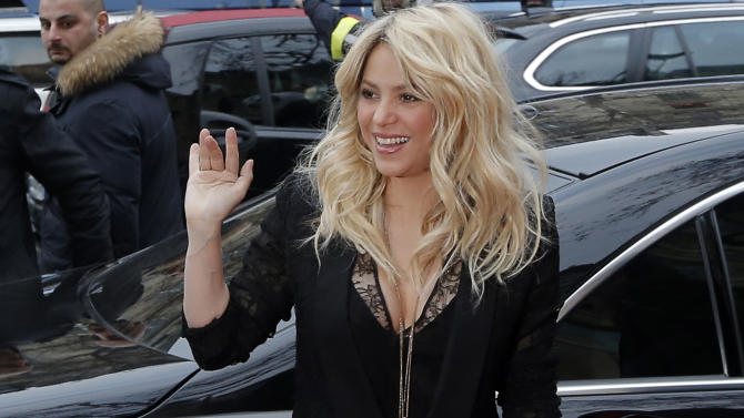"""FILE - In a March 27, 2013 file photo, Colombian singer Shakira arrives for a promotion event on the Champs Elysee Avenue in Paris. The singer and judge on """"The Voice"""" is asking a New York judge to throw out a $250 million lawsuit filed by her ex, Antonio de La Rua. De la Rua is the son of former Argentine President Fernando de la Rua. He dated Shakira for more than a decade before they split in 2011. (AP Photo/Francois Mori, File)"""