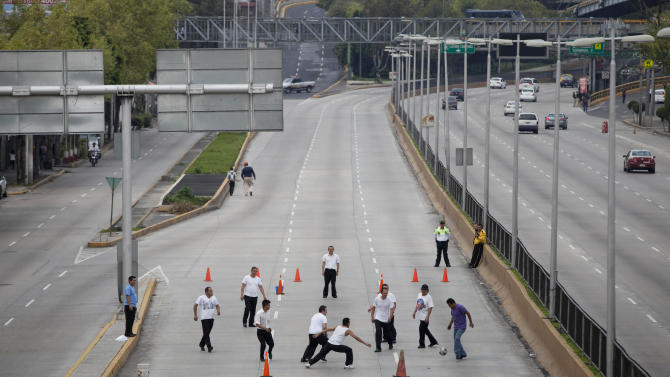 Teachers block approach to Mexico City airport
