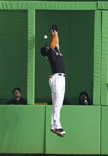 Cishek earns 1st save as Marlins edge Giants, 7-6