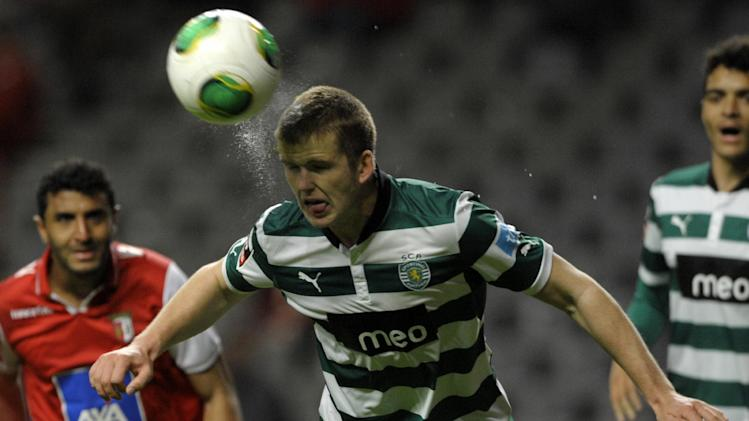 Sporting's English defender Eric Dier (centre) heads the ball next to Braga's Brazilian forward Carlao during a Portuguese league match at the municipal stadium in Braga on April 1, 2013