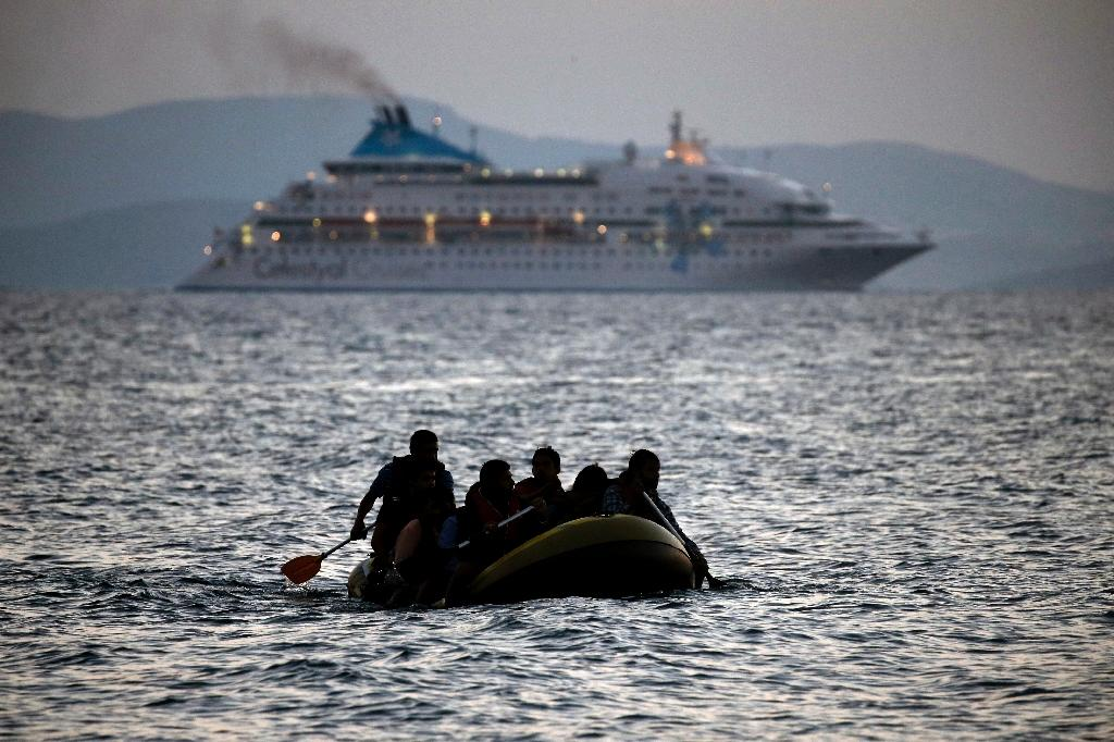 EU 'gives Greece three months' to tighten border against migrants