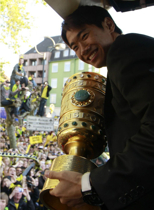 Dortmund's Japanese Forward Shinji Kagawa Holds AFP/Getty Images