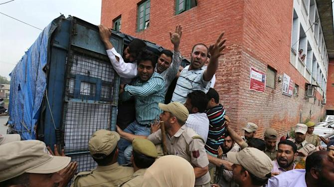 . Srinagar (India), 23/05/2015.- An employee of National Health Mission (NHM) shouts slogans from police vehicle after they were detained during a protest in Srinagar, the summer capital of Indian Kashmir, 23 May 2015. Police detained dozen of NHM employees who were demanding regularization of their jobs. (Protestas) EFE/EPA/FAROOQ KHAN