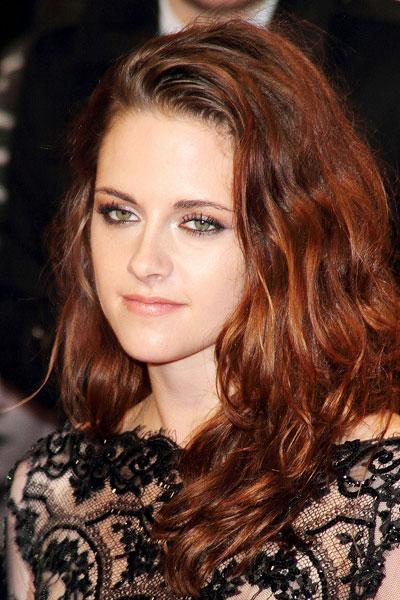 Stewart's makeup is fresh and simple; no chunky lashes or bright red lips on her! She lets her gorgeous hair down in loose waves. Picture by: enewsimage.com / Splash News