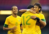 Goleador de la seleccin de Brasil Neymar (D) celebra la victoria con Hulk en el triunfo 3 a 2 contra Egipto en el debut en ftbol de los Juegos Olmpicos de Londres 2012. (AFP | glyn kirk)