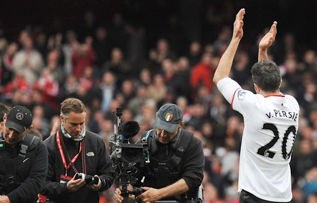 ARA1. London (United Kingdom), 28/04/2013.- Manchester United's Robin Van Persie acknowledges Arsenal supporters following his return for the first time since his transfer to Manchester United during