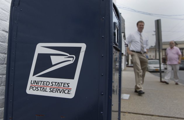 A United Sates Postal Service mailbox is seen in Manhasset ,New York August 1, 2012. Mail industry companies are concerned about a looming default by the U.S. Postal Service on a $5.5 billion payment for future retiree health benefits, saying it adds to uncertainty about agency and helps speed the movement away from traditional mail. REUTERS/Shannon Stapleton (UNITED STATES - Tags: BUSINESS POLITICS)