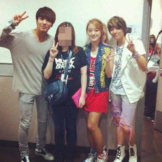 Wonder Girls Lim, f(x)'s Amber and CN Blue's Jung Yong Hwa Take a Pic in Hong Kong